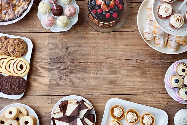 mesa con pastel, pastel, cupcakes, tartas y cakepops. espacio de copia. - postre fotografías e imágenes de stock