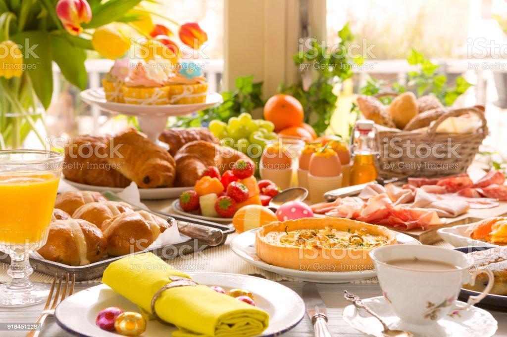 Tabelle mit Delikatessen bereit für Osterbrunch – Foto