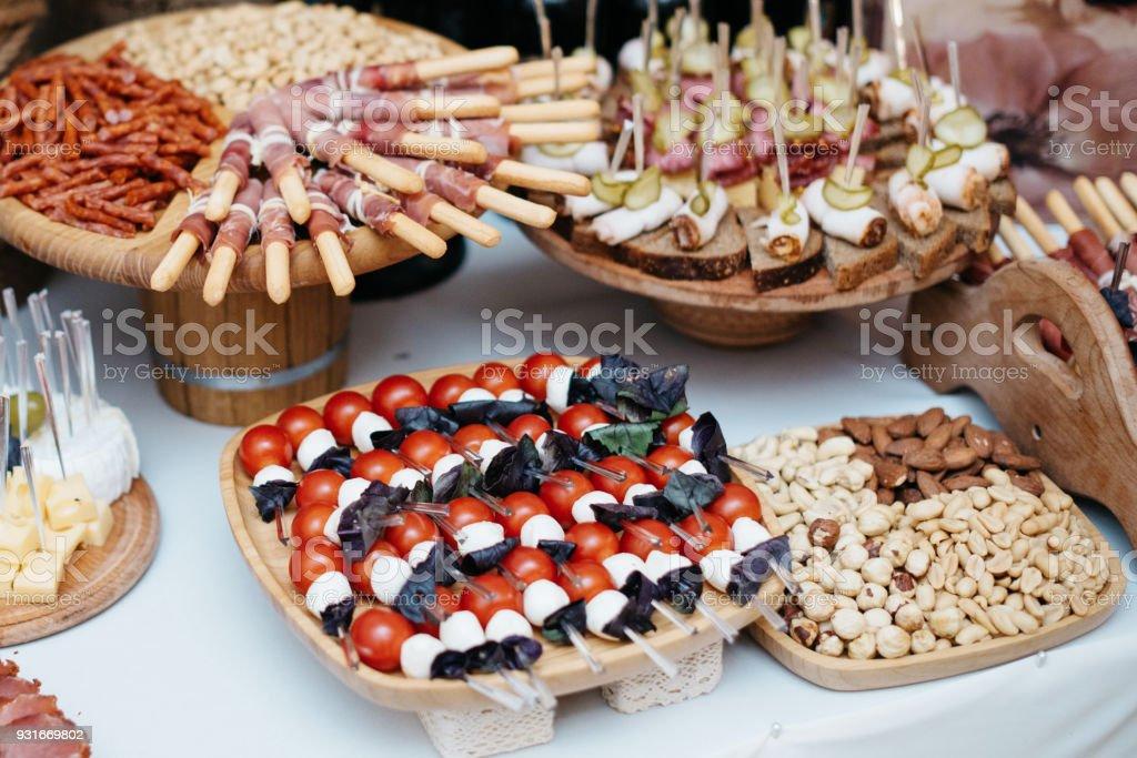 Tisch Mit Essen Tapasbar Mit Spanischer Küche Wurst Käse Und Platte ...
