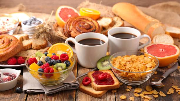 mesa con desayuno completo saludable - desayuno fotografías e imágenes de stock