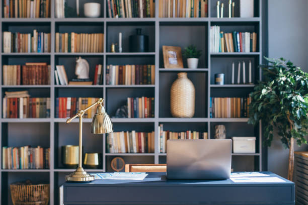 mesa con portátil en el interior de la oficina en casa. - biblioteca fotografías e imágenes de stock