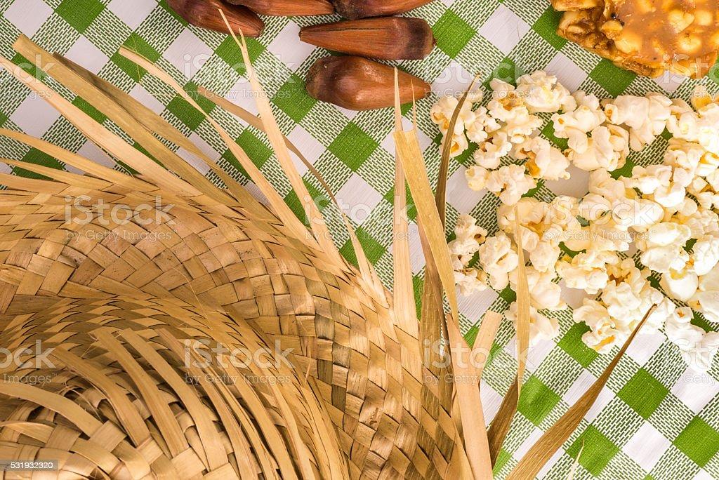 Mesa com alguns brasileiros deliciosos.   Festa Junina temático - foto de acervo