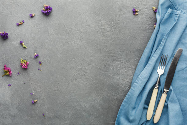 tischdecke und besteck auf grauen tabellenhintergrund - küche lila stock-fotos und bilder