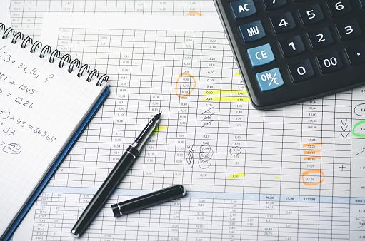 Foto de Tabelas Com Valores Contábeis Caneta Caderno De Papel E Calculadora e mais fotos de stock de Ajustando