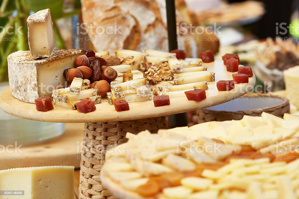 Tablas con distintos tipos de queso y frutos secos (banquete - foto de stock
