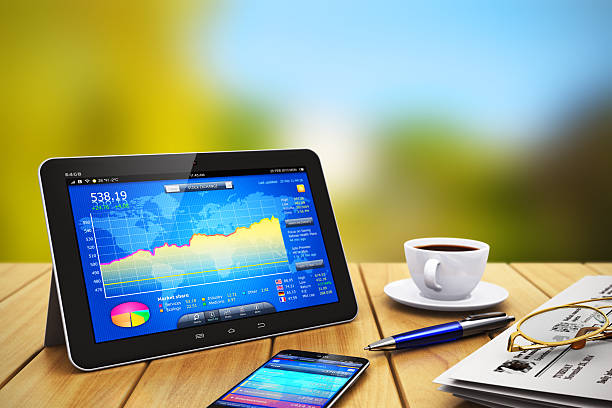 tablet pc, smartphone und andere business-objekte im freien - www kaffee oder tee stock-fotos und bilder
