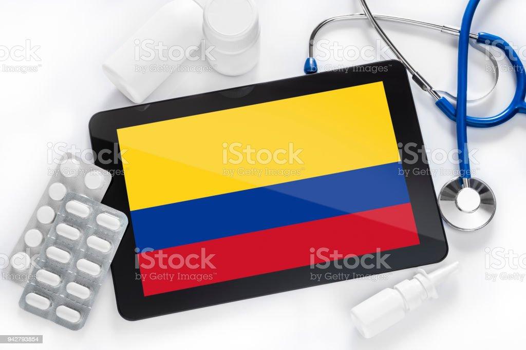 Una tableta con una bandera en su pantalla en la mesa de un médico. - foto de stock