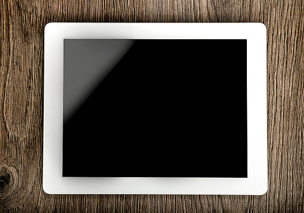 tablet mit leeren bildschirm - spitzenkekse stock-fotos und bilder