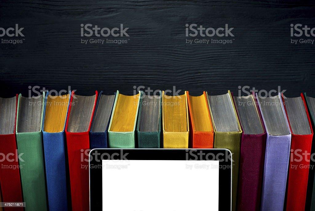 tablet com livros coloridos - foto de acervo