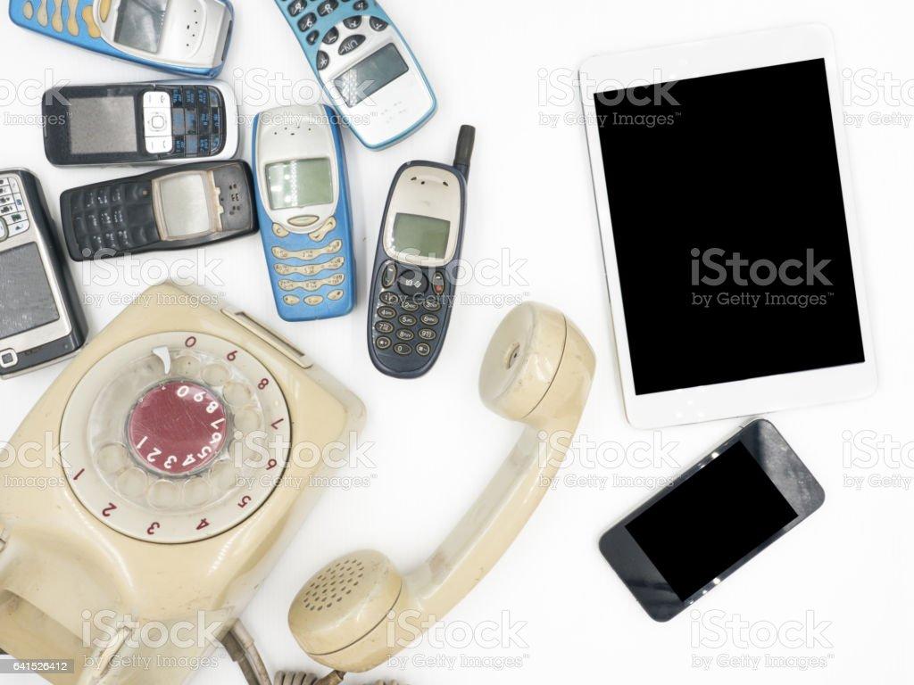 Tablet mit Smartphone und alten Handys auf weißem Hintergrund – Foto