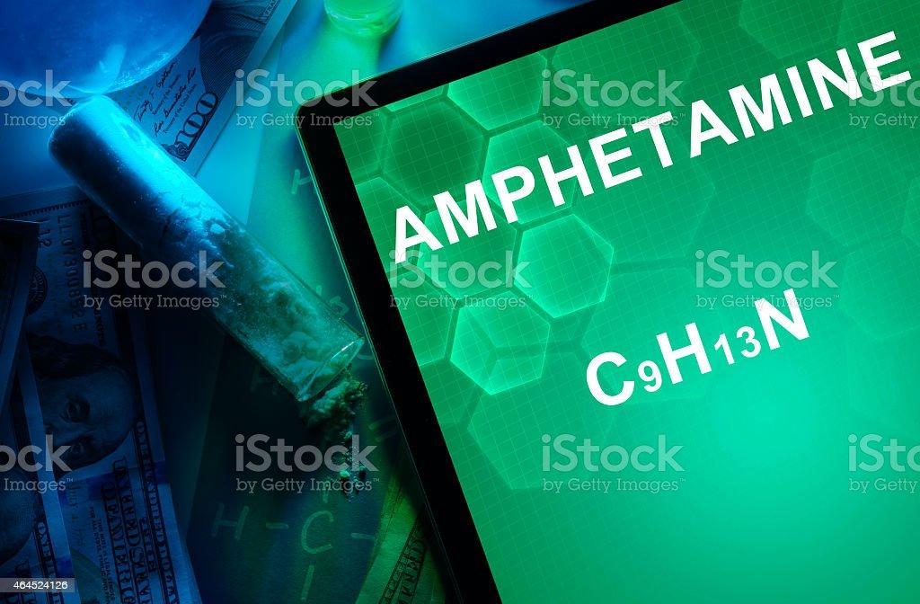 Comprimido con la fórmula química de la anfetamina. - foto de stock