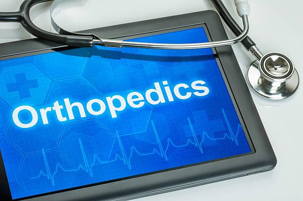 tablet com a especialidade médica ortopedia na tela - ortopedia - fotografias e filmes do acervo