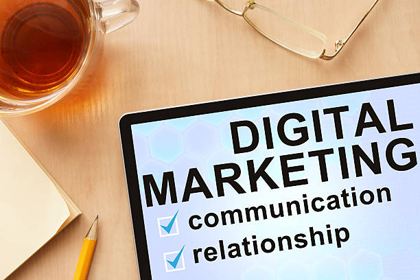 Tablet z słowa cyfrowego marketingu. – zdjęcie