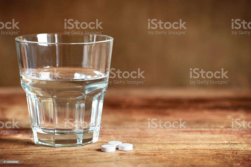 Tabletten und ein Glas – Foto