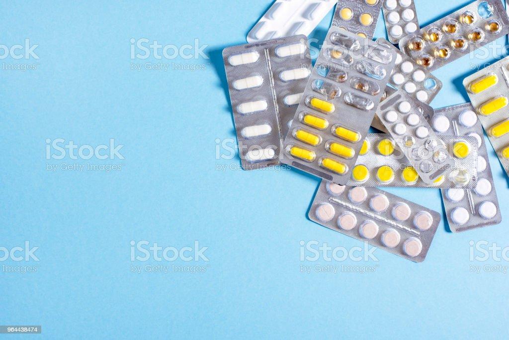 Comprimidos e cápsulas com embalagens de medicamentos - Foto de stock de Amarelo royalty-free