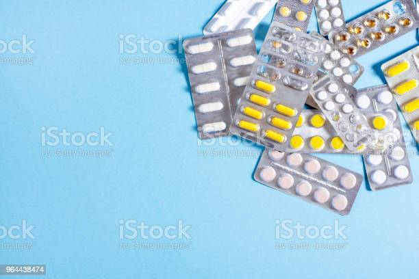 Foto de Comprimidos E Cápsulas Com Embalagens De Medicamentos e mais fotos de stock de Amarelo