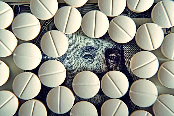 Comprimidos en Dólar proyectos de ley (tratamiento, la adicción, antigüedad concepto). - foto de stock