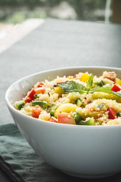 taboulé de légumes frais. salade d'été - couscous salat minze stock-fotos und bilder