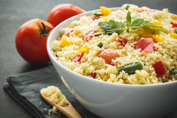 tabbouleh de légumes. salade saine pour l'été - couscous salat minze stock-fotos und bilder