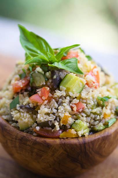tabouleh-salat in eine schüssel olive wood - couscous salat minze stock-fotos und bilder