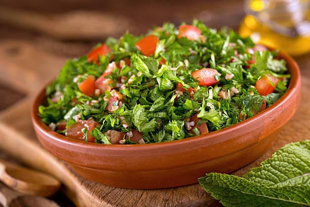 tabouli - couscous salat minze stock-fotos und bilder