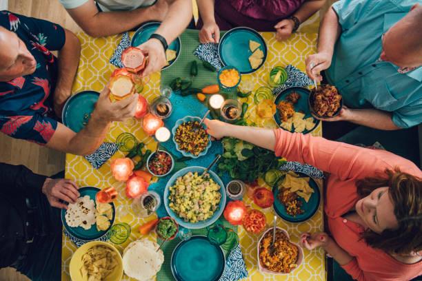 taco mexikanische tex med essen lebensstile mit freunden beim abendessen - mexikanische möbel stock-fotos und bilder