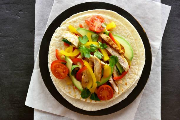 taco mit hühnerfleisch und gemüse - paprika hähnchen stock-fotos und bilder