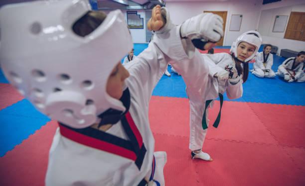 taekwondo training - taekwondo stock-fotos und bilder