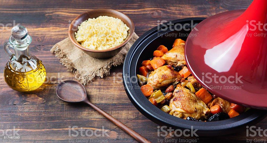 Tajine avec du poulet et des légumes préparés fond de bois espace de copie - Photo