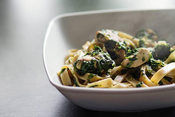 tagliatelle pasta und hühnchen mit spinat - spaghetti mit spinat stock-fotos und bilder