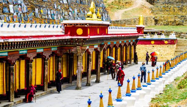 tagong köyü heping fahui, çin - tibet manastır ve ibadet tekerlerimi - ganzi tibet özerk bölgesi stok fotoğraflar ve resimler