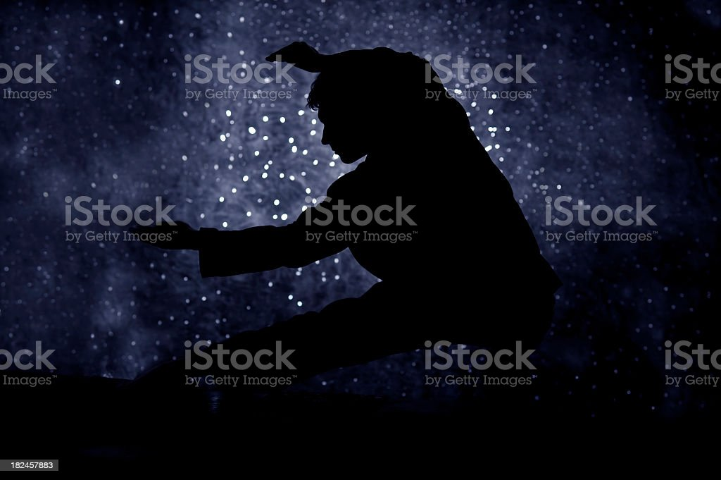 tai chi hombre contra el cielo estrellado cielo de noche foto de stock libre de derechos