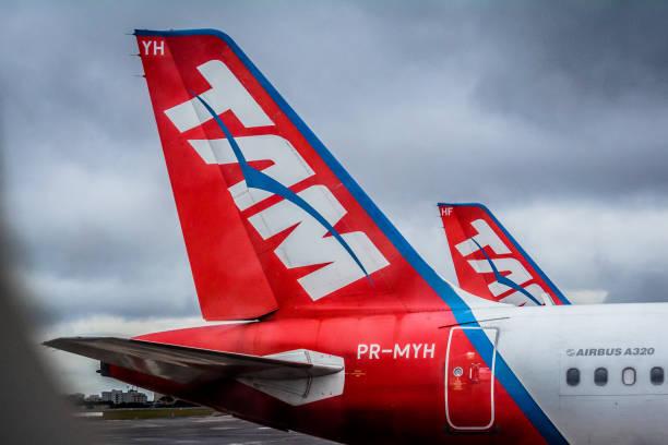 tail airbus a320 fleet - congonhas - são paulo airport (cgh / sbsp), brazil - aeroporto de congonhas - fotografias e filmes do acervo