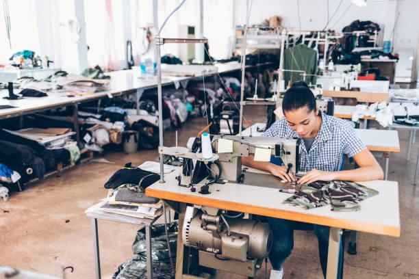 tailor and worker in chinese clothes factory - przemysł włókienniczy zdjęcia i obrazy z banku zdjęć