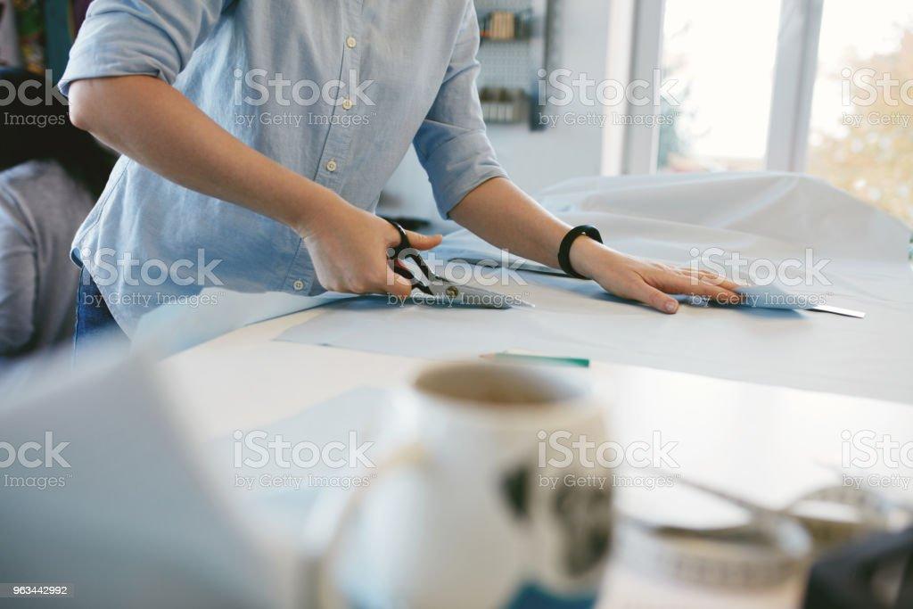 Terzi Eller masanın üzerine malzeme makas ile kesme - Royalty-free Dikiş dikmek Stok görsel