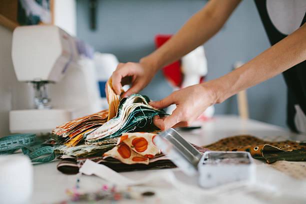 krawiec działa na maszyny do szycia - przemysł włókienniczy zdjęcia i obrazy z banku zdjęć