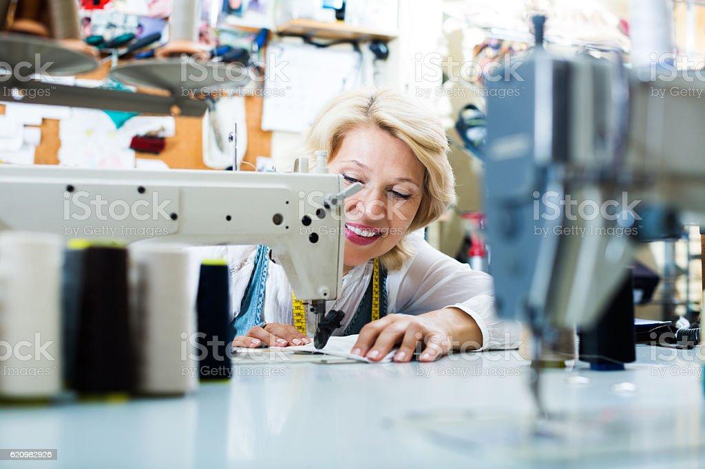 Alfaiate, trabalhando na máquina de costura foto royalty-free