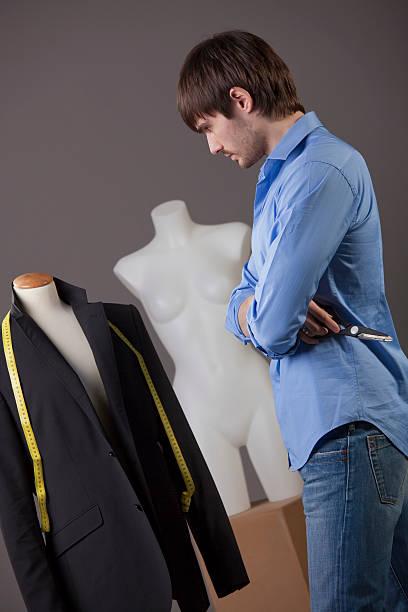 schneider arbeiten auf suit - bastelshop stock-fotos und bilder