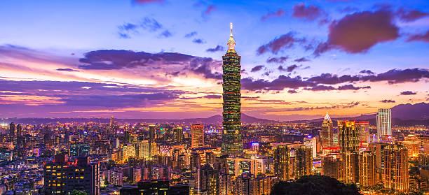 taipei 101 bei nacht, taipeh, taiwan - insel taiwan stock-fotos und bilder