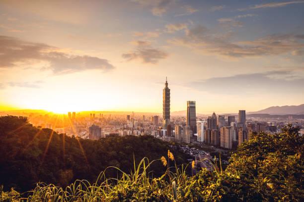 taipei - taiwan innenstadt bankenviertel skyline bei nacht gesehen von elephant mountain trail - insel taiwan stock-fotos und bilder