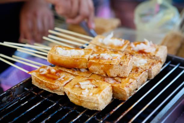taiwan street food: stinky tofu - tofoe stockfoto's en -beelden