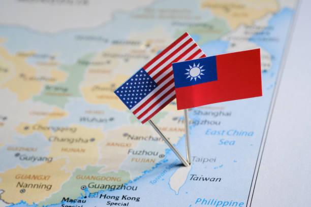 taiwanesischen und amerikanische flaggen auf der karte fixiert - insel taiwan stock-fotos und bilder