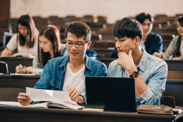 プロジェクトを開発する台湾と中国の学生。 - 芸能・娯楽施設 ストックフォトと画像