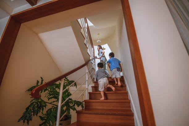 Taiwanesische Mutter und junge Söhne steigen in die Treppe – Foto