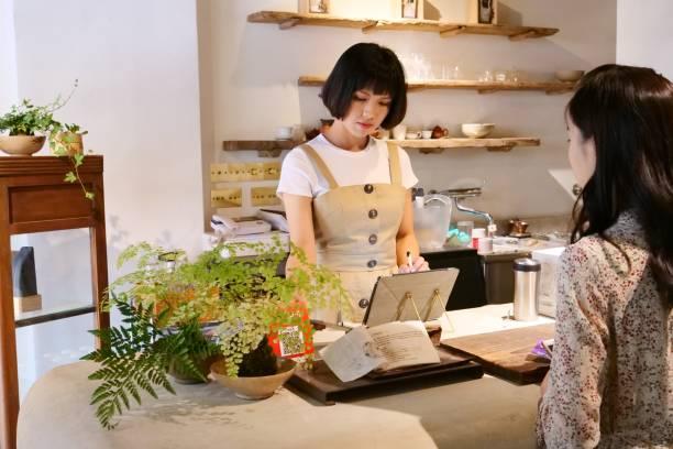 臺灣婦女用信用卡在餐廳付款圖像檔