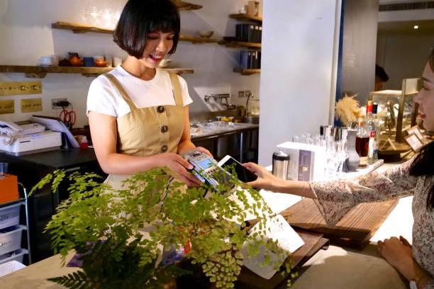 臺灣婦女支付在餐廳與電結算圖像檔
