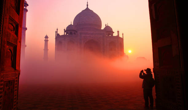 taj mahal at sunrise - india foto e immagini stock