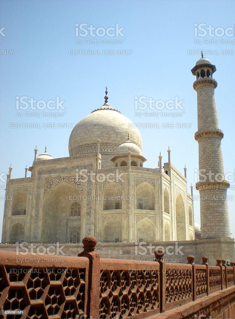 Taj Mahal devant ciel bleu, vu de l'aile gauche stock photo