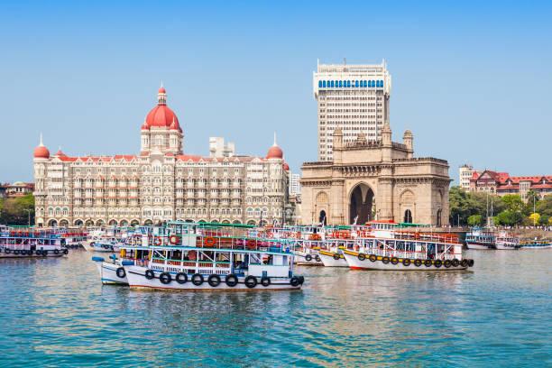 taj mahal hotel en gateway of india - mumbai stockfoto's en -beelden