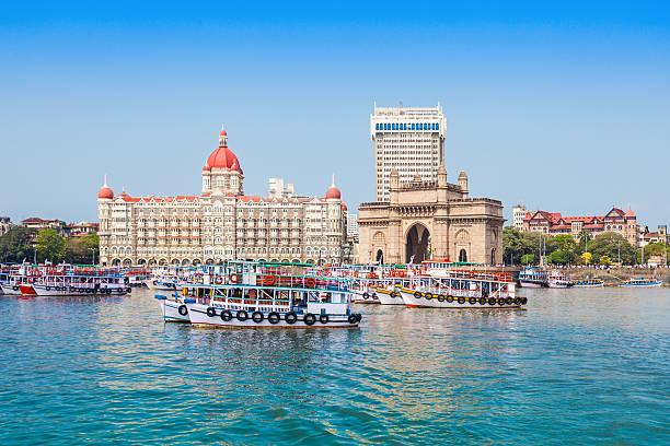taj mahal hotel and gateway of india - mumbai stockfoto's en -beelden